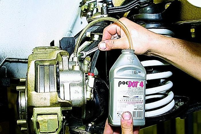 Как удалить воздух из тормозной системы