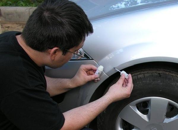 Чем убрать сколы на машине