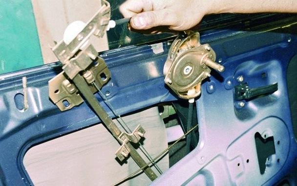 Демонтаж и монтаж электростеклоподъемника