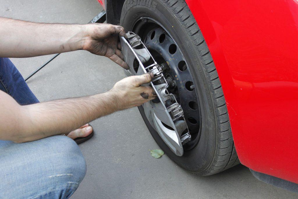 Монтаж и демонтаж колпаков транспортных средств.