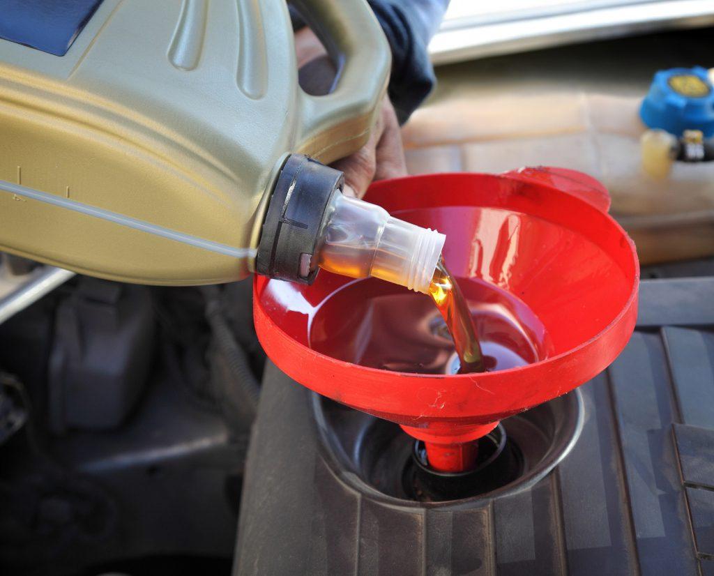 Каким образом доливается масло