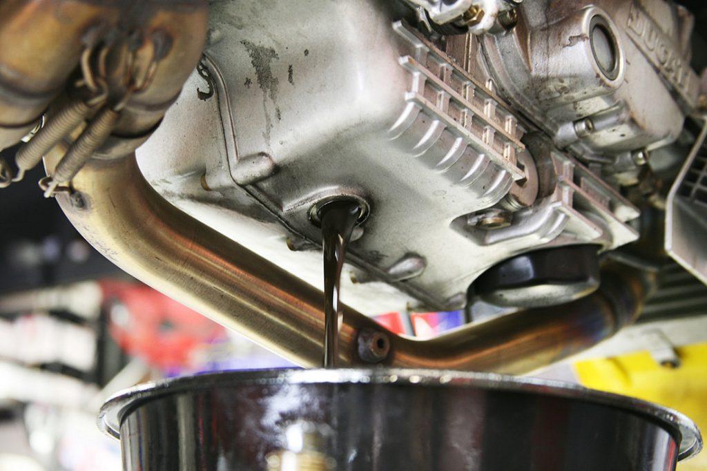 Как меняются смазочные материалы мотора